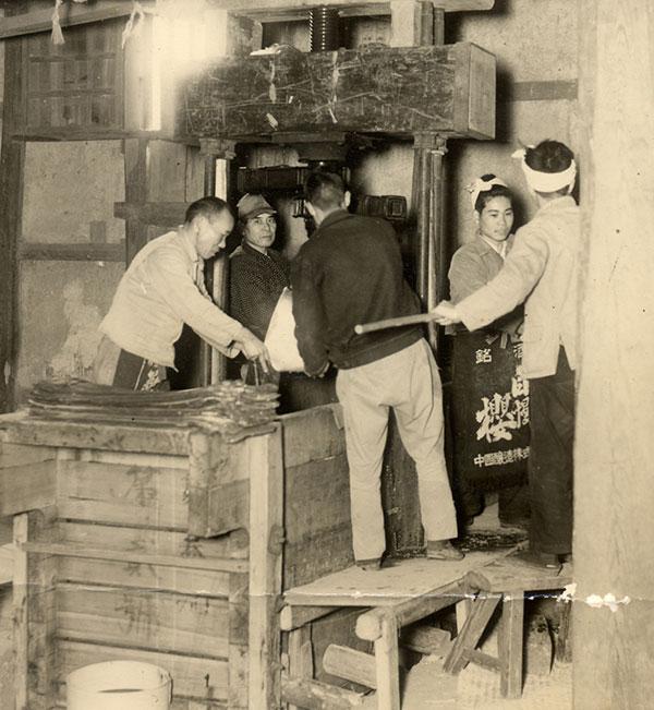 昔の酒造り(搾り)